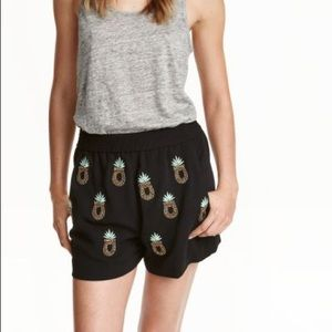 Pineapple patterned shorts with beaded embroidery